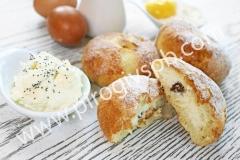 Пирожок с творогом и изюмом